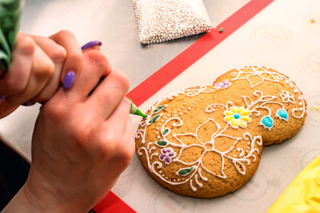 cornet: Making holidays decorated gingerbread