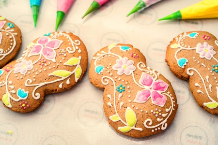 biscuits: Making holidays decorated gingerbread