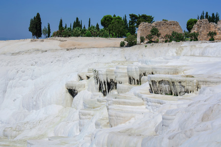 pamuk: Pamukkale with ruins of Hierapolis in background