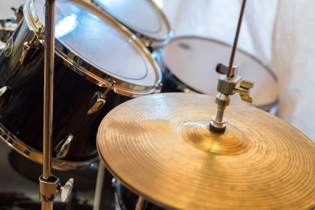 Close up cymbal with drums in background 版權商用圖片