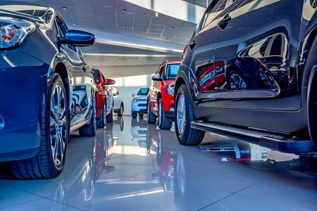 Nowe samochody w salonie dealerskim