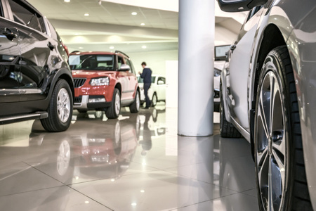 Nieuwe auto's in dealer showroom Stockfoto