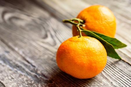 Mandarine orange or tangerine on wooden board Stockfoto