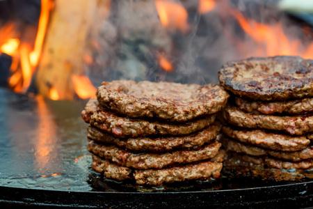 Fresh cooked beef burger patties Standard-Bild