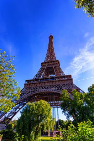 Vue magnifique de la Tour Eiffel avec un ciel dramatique