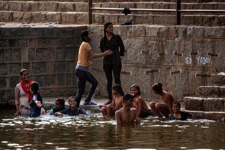 JAIPUR, INDIA - 9 DE NOVIEMBRE DE 2017: Grupo de niños indios se bañan afuera Editorial