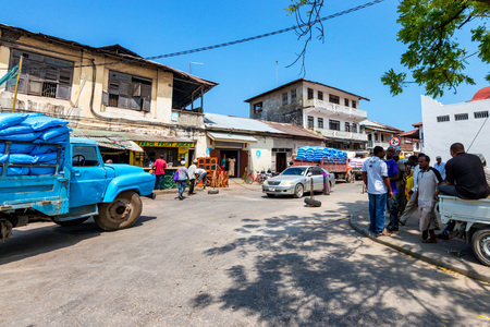 STONE TOWN, ZANZIBAR - JANUARY 9, 2015: Street of Stone Town on sunny day Banque d'images - 105770390
