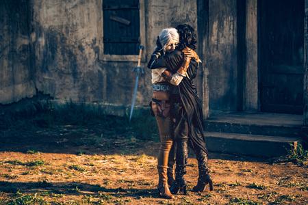 Fantasy Cosplay zwei schöne Mädchen umarmen sich Standard-Bild