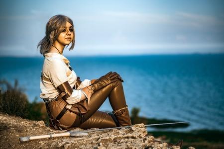 Fantasie cosplay schönes Hexer-Mädchen auf Klippe