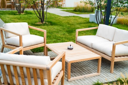 Buitenterras met houten fauteuils en tafel