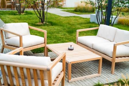 Patio zewnętrzne z drewnianymi fotelami i stołem