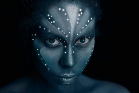 Kunstfoto einer afrikanischen Frau mit ethnischen Stammesgemälden im Avatar-Stil