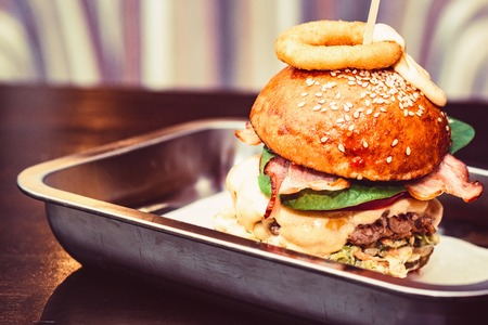 Close-up lange smakelijke hamburger met kaas geserveerd op dienblad