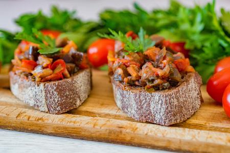 Zamknąć domowy pasztet z bakłażana lub pastę na chlebie żytnim
