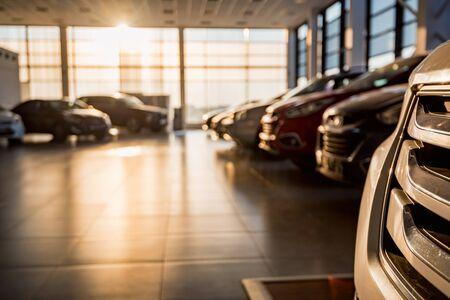 Nouvelles voitures à la salle d'exposition ensoleillée du concessionnaire fermer la vue