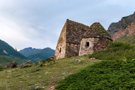 Vue des tombeaux médiévaux dans la ville des morts près d'Eltyulbyu, Russie