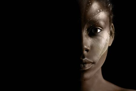 Kunstfoto einer afrikanischen Frau mit ethnischen Stammesgemälden im Gesicht