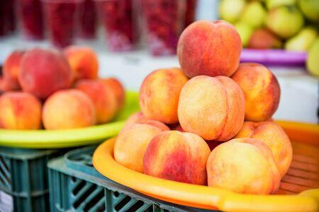 Ripe organic peaches for sale in market Фото со стока - 131994972
