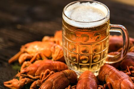Boiled crayfish with beer on wooden background Фото со стока - 131995065