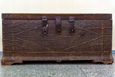 Close view obsolete dark brown metal chest with hinges Фото со стока - 136269846