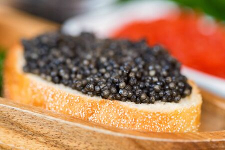 Sandwiches with black sturgeon and red salmon caviar close up Banque d'images