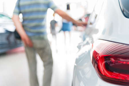 Brand new cars at lpremuim dealer showroom 免版税图像