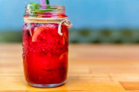 Lemonade or mojito cocktail with lemon and raspberry 免版税图像