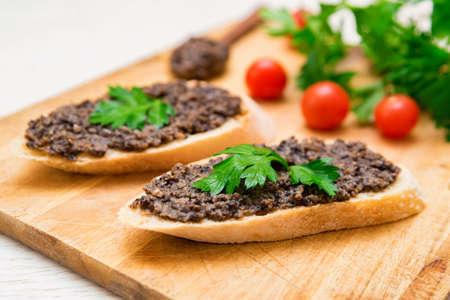 Fresh tasty bruschetta with truffle sauce, parsley and tomates Foto de archivo - 168239787