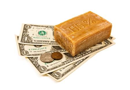 delincuencia: Lavado de dinero. El dinero y jabón en el fondo blanco
