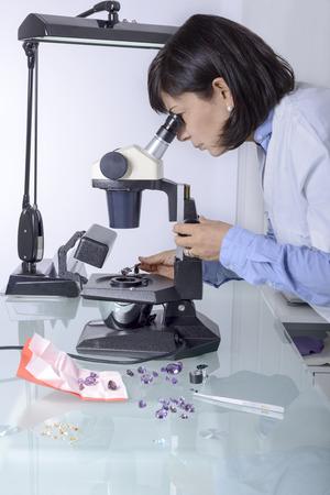 Gemmologia o gemmologia è la scienza che si occupa di gemme naturali e artificiali e pietre preziose Archivio Fotografico - 27592537