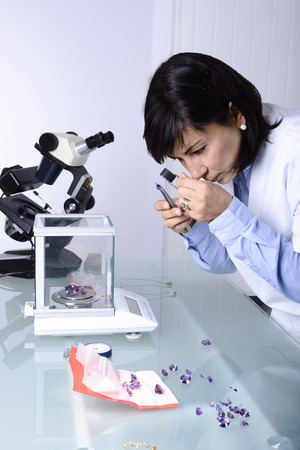 Gemmologia o gemmologia è la scienza che si occupa di gemme naturali e artificiali e pietre preziose Archivio Fotografico - 27592561