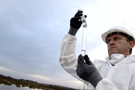 contaminacion del agua: Trabajador en una contaminaci�n examinar traje de protecci�n.