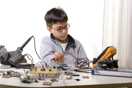 Giovane studente compie esperimenti nel campo dell'elettronica e sogni del futuro. Archivio Fotografico - 36358770