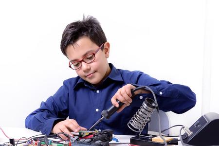 Giovane studente compie esperimenti nel campo dell'elettronica e sogni del futuro. Archivio Fotografico - 39495349