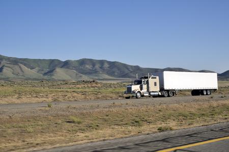 アメリカの高速道路に沿って移動する大型トラックのショット。 写真素材