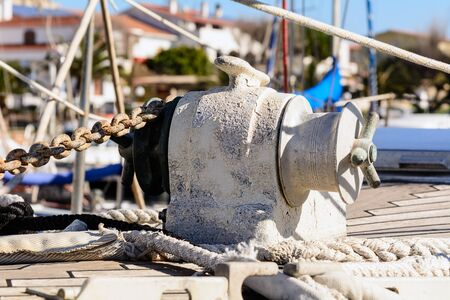 windlass: Fragmentary view details of knots and ropes on the yacht moored in the dock. Anchor Windlass Yacht. Stock Photo