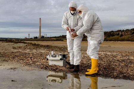 metodo cientifico: Expertos analizan el agua en un ambiente contaminado.