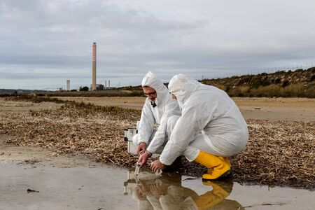 metodo cientifico: Experts analyze the water in a contaminated environment.