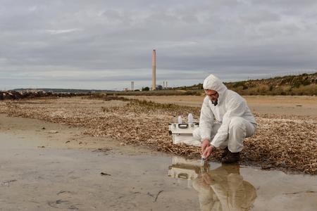 専門家は、汚染された環境で水を分析します。