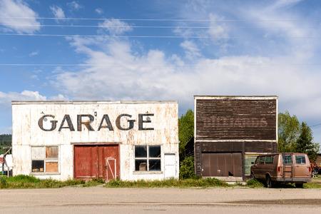 Epoca garage abbandonato e rovinato dal tempo. Archivio Fotografico - 59183932