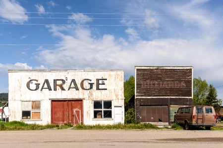 Garage vintage abandoned and ruined by time. Foto de archivo