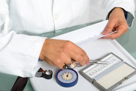 보석 학자의 다이아몬드 선택 및 비교