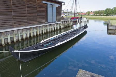 Roskilde, Danemark - 01 août 2015: réplique du bateau ancien et des visiteurs à l'extérieur du musée Vicking Ship