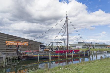 Roskilde, Danemark - 01 août 2015: réplique du bateau ancien et des visiteurs à l'extérieur du musée Vicking Ship Éditoriale