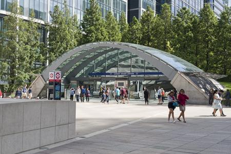 Londra, Inghilterra - 13 agosto 2017: stazione metropolitana di Canary Wharf Docklands London UK. Architettura moderna con arco in vetro e acciaio che conduce alla stazione. Le persone entrano e lasciano la stazione e le persone passano passate.