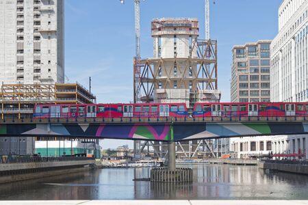 Londra, Inghilterra - 13 agosto 2017: Il treno overground DLR si avvicina a Canary Wharf, stazione DLR nel distretto di Londra Stock Exchange. Editoriali
