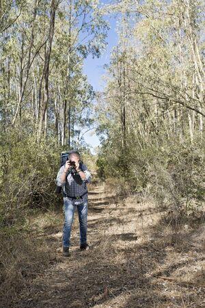 Escursionista nella foresta sarda con telecamera specchio