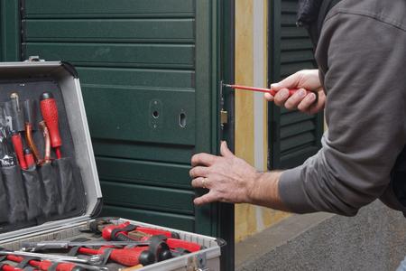 Mains Rparation DUne Serrure De Porte Avec Un Tournevis Banque D