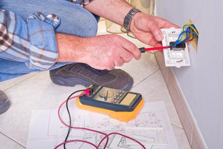 Elektriker ändern Leistungsschalter In Einem Großen Industrie ...