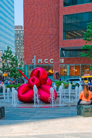 New York, USA - June 08, 2015: Red Balloon Flower by Jeff Koons at 7 World Trade Center on November 10, 2013. It is one of Koons' signature highly polished, public stainless steel sculptures Standard-Bild - 98326719